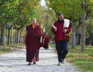 Rinpoché acompañada por Lama Changchoub camino de la sala