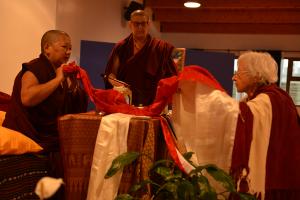 Lola ofrece los textos a Rinpoché